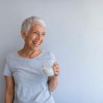 Frau mit einem Glas Milch in der Hand