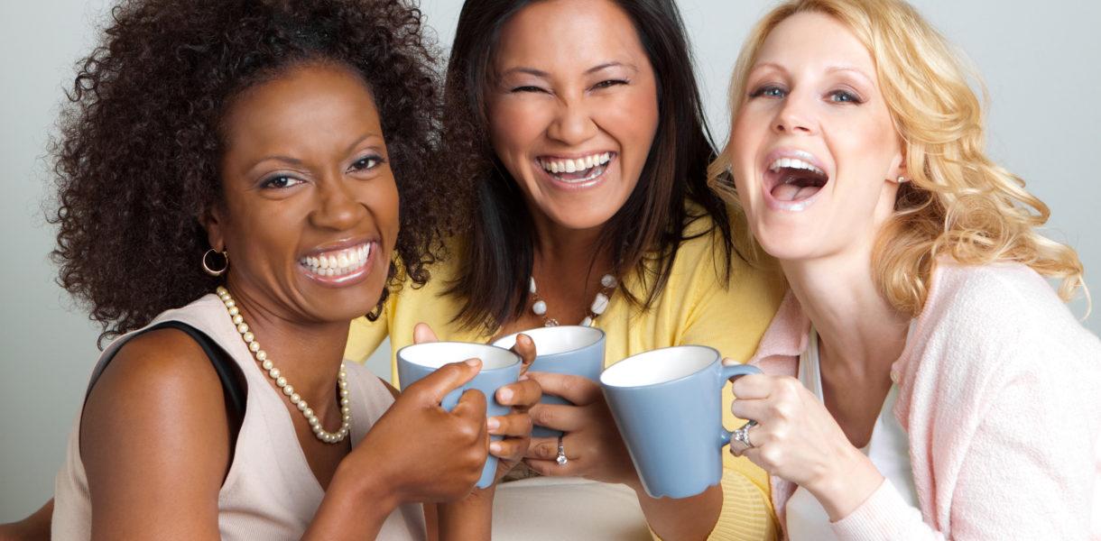 Glückliche und gesunde Frauen trinken ayurvedischen Tee