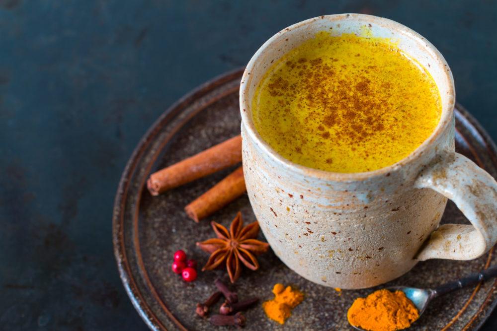 Tasse gefüllt mit goldener Milch